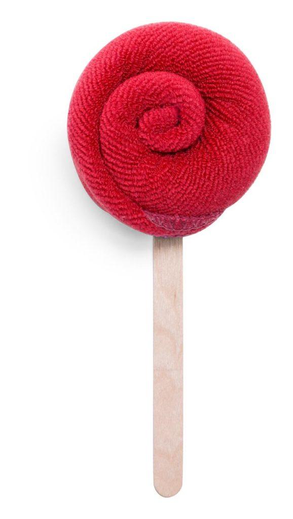 Složený savý ručník na tyčce.